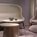 Futuristische Wohnzimmereinrichtung mit Sofa und Sessel in abgerundeter Form und runden Tischen