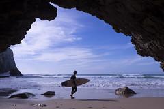O surfista / Le surfeur (Jacques Lebleu) Tags: surf caverne océan atlantique plage eau vague grotte sable jeunesse sport algarve rocher portugal
