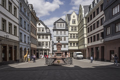 The giraffe of Frankfurt's new Old Town (lars_uhlig) Tags: 2018 architektur deutschland frankfurt germany architecture altstadt rekonstruktion hessen reconstruction stadt city platz square giraffe brunnen fountain