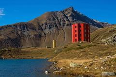 Julierpass (UmbiFotos) Tags: julierpass bergsee spiegelungen berge rot gelb berglandschaft theater kunst blau himmel wolken steine felsen wasser