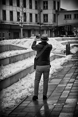 OKSF 254 (Oliver Klas) Tags: okfotografien oliver klas street streetfotografie streetphotography strassenfotografie streetart streetphotographer streetphoto stadtleben streetlife streetculture urban schwarzweis schwarzweissfotografie blackandwhite monochrom farblos abstrakt dunkel hell grau schwarz weiss black white sw schwarzweiss personen people menschen persons volk familie angehörige bewohner bevölkerung leute europäer mann frau gesellschaft menschheit mensch völker kunst art künstler kultur deutschland germany stadt city europa deutsch staat westdeutschland ostdeutschland norddeutschland süddeutschland de