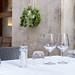 Weingläser auf einem Tisch eines Cafes in Rom