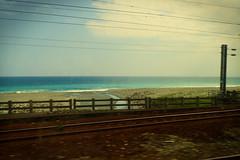 plage depuis le train ;-) (2) (8pl) Tags: rail taïwan fer chemin chemindefer ferroviaire plage barrière mouvement enmouvement fromthetrain couleurs sable rivière bleu vert brun