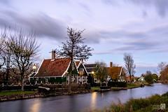 Casas de colores (JoseQ.) Tags: casa holanda paisesbajos zaandan campo paisaje molinos amsterdam cielo nuubes led arboles canal rio agua verde colores nikon