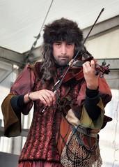 Fiddler on the roof. El violinista en el tejado (marisabosqued) Tags: retrato portrait hombre man músico musicien violinista fiddler canonef100300mmf4556 snapseed