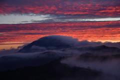 DSC_5432 (griecocathy) Tags: paysage lever soleil montagne brume ciel nuage forêt noir bleu blanc jaune orange rouge gris