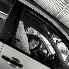 2018-11-08_10-08-38 (CK63) Tags: peopleinthestreet streetphotography candidphotography fotografíacallejera fotografiacándida car throughthewindow face woman peopleseated peoplewatching pov mobilephonephotography blancoynegro blackandwhitestreetphotography bwstreetphotography bw people sit sitting seated