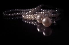 Perlas (Pepenera) Tags: pearl perlas gioiello collana orecchini stilllife lookingcloseonfriday