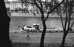 walking (carles.ml) Tags: nikon f70 ilford delta 3200 people film bw street river boat paris