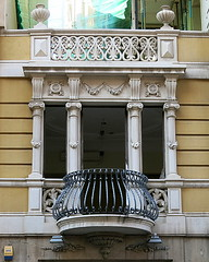 Neoclassical Modernista facade, Barcelona (Spencer Means) Tags: dwwg balkon balcony balcón barcelona architecture window