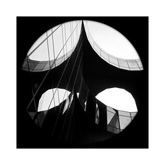 Le cercle au carré (Jean-Louis DUMAS) Tags: bâtiment building londres london artistique frame square carré abstrait abstraction abstract artistic art architecte architectural architecture architect black lignes géométrique design blackandwhite noiretblanc bw nb noir