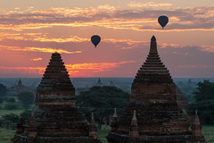 Lever de soleil sur les temples de Bagan (Seb & Jen) Tags: bagan myanmar burma birmanie mandalayregion myanmarbirmanie oldbagan nyaungu royaumedepagan temple pagode pagoda sunrise soleil montgolfiere balloon bulethi