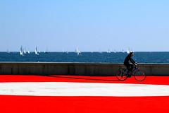 Indifferenza (meghimeg) Tags: 2018 sanremo bicicletta bike mare sea barche sail boat muro wall rosso red