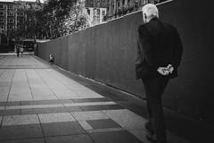 Hände hinterm Rücken (Zesk MF) Tags: bw black white mono kid man street candid zesk cologne x100f fuji strase