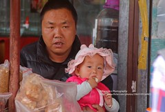 Lijiang, market scene (blauepics) Tags: china chinese chinesisch yunnan province provinz lijiang city stadt naxi minority minderheit unesco world heritage site weltkulturerbe man mann market markt grandpa opa baby child kid kind portrait porträt