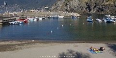Vernazza Chinque Terre Italy 2018 (John Hoadley) Tags: boats harbour vernazza cinqueterre italy 2018 september canon 7dmarkii 1740 f10 iso160 beach people
