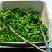 Feldsalat in weißer Schale auf Eis als Teil eines Salatbuffets