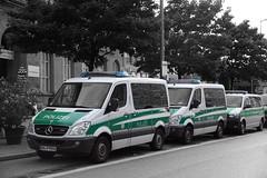 Landespolizei Bayern BBPol Mercedes-Benz Sprinter & Volkswagen Transporter (Boss-19) Tags: landespolizei bayern | bayerischen bereitschaftspolizei bbpol münchen hbf arnulfstrase ludwigsvorstadtisarvorstadt oberbayern deutschland germany halbgruppenkraftwagen hgrukw group carier mercedesbenz sprinter 316 cdi volkswagen transporter mosolf bap 9576 polizei ludwig ludwigvorstadt isarvorstadt isar