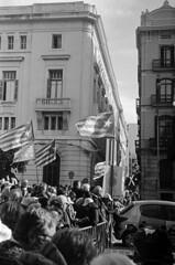 La primera linea, els CDR / First line of defense (SBA73) Tags: catalunya catalonia catalogne catalogna katalonien 21d barcelona pladepalau llotja estathispanic resistim freedom independència independence gent people contaxii trix kodak zeissikon sonnar zeisssonnar 50mm kodaktrix filmisalive filmisnotdead barrera barricade estelada bandera flag crd defense fight