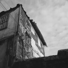 The condo (lebre.jaime) Tags: portugal beira covilhã house bw blackwhite pb pretobranco noiretblanc ptbw kodak trix hasselblad 500cm distagon cf3560 epson v600 affinity affinityphoto analogic film film120 mf mediumformat squareformat