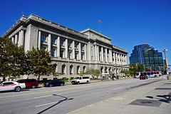 Cleveland City Hall (SomePhotosTakenByMe) Tags: cityhall townhall rathaus gebäude building architektur architecture auto car flag fahne flagge usa america amerika unitedstates ohio cleveland stadt city innenstadt downtown outdoor