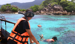 Samantha ready to meet the beautiful clown fishes (B℮n) Tags: kohkla kohkra kokra kokla kolipe kohlipe เกาะหลีเป๊ะ kohlippy adangrawi archipelago ploysiam speedboat national park kohturatao koturatao kohlipeh nationalparkkohtarutao tarutao bounty island thailand anadamansea sandy beach pakbara marinepark snorkling adang rawi tourism vacation holiday coral reef tropical fish nemo protectedarea chaolay chaoley boat palmtree coconuts crystal clear water seawater siam seagypsies longtail nature reserve province satun blue thai lowseason rainyseason relax paradise swimming solitude girl woman tree shadow day bright rope เกาะกละ diving snorkeling 50faves topf50