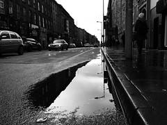 Sráid Washington, Corcaigh (Rhisiart Hincks) Tags: pwll poull puddle corc corcaigh cork iwerzhon ireland iwerddon ирландия iwerdhon irsko ιρλανδία éire èirinn īrija irlanda 爱尔兰 írország airija 愛爾 scáil reflexión adlewyrchiad islada adsked reflection faileas monochrome unlliw blancoynegro zwartwit duagwyn gwennhadu dubhagusgeal dubhagusbán blackandwhite bw zuribeltz blancetnoir blackwhite sortoghvid μαύροκαιάσπρο feketeésfehér juodairbalta melnsunbalts černýabílý czarnyibiały bywydystryd streetlife buhezarstraed saolnasráide beathanansràidean vidaenlacalle kalebizitza