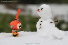 Erster Kontakt - first contact (Noodles Photo) Tags: auserirdischer alien schneemann snowman schnee snow spielzeug toy canoneos7d ef24105mmf4lisusm monheimamrhein monheim nordrheinwestfalen northrhinewestphalia deutschland germany
