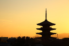 Pagoda of Yasaka (Teruhide Tomori) Tags: 京都 東山 祇園 日本 寺院 五重塔 木造建築 伝統建築 日没 建物 空 pagoda temple kyoto japan japon architecture building construction sky sunset town dusk happyplanet asiafavorites