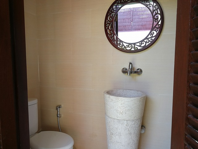 <p>中庭のシャワー、トイレ、洗面台</p>
