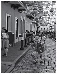Fotografía Callejera (Street Photography) (Samy Collazo) Tags: pentaxauto1101978 pentax11024mmf28 pentaxmini pentax 110format formato110 formatopequeño smallformat 16mm 110cartridge cartucho110 sanjuan oldsanjuan viejosanjuan puertorico bn bw streetphotography fotografiacallejera
