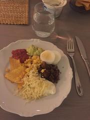 Middag 20/1 (Atomeyes) Tags: mat taco köttfärs ägg ost guacamole sås majs gräddfil vatten chips tortilla