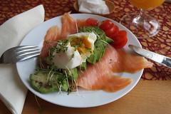Vollkornbrot mit Bio-Lachs, Avocado und pochiertem Ei (multipel_bleiben) Tags: essen vollkorn brot avocado lachs eier schnellzubereitet frühstück fisch