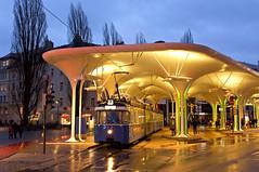 Blaue Stunde an der Münchner Freiheit: P-Zug 2006/3004 unter dem markanten Haltestellendach (Frederik Buchleitner) Tags: 2006 3004 linie23 munich münchen münchnerfreiheit pwagen strasenbahn streetcar tram trambahn