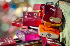 Our love will last forever ... [key locks seen at the Hohenzollernbrücke, Cologne, Germany] (Martin Bärtges) Tags: herbst autumn sunshine sun deutzerbrücke bridge bahn eisen metall eisenbahn rheinbrücke rhein köln deutschland germany cologne d4 nikonphotography nikonfotografie nikon farbenfroh colorful liebesschlos liebe love schloss keylock