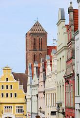 5511  Historische Hausfassaden Hausgiebel in unterschiedlichen Farben in der Lübschen Straße von Wismar; Kirchturm der Sankt Nikolaikirche. Die Kirche wurde von 1381-1487  als Kirche der Seefahrer und Fischer erbaut. Sie gilt als Meisterwerk der Spätgotik (stadt + land) Tags: historische hausfassaden hausgiebel unterschiedliche farben lübsche strase kirchturm sankt nikolaikirche kirche seefahrer fischer erbaut meisterwerk spätgotik teil wismarer altstadt liste unesco weltkulturerbe hansestadt wismar neue hanse hansebund ostseeküste mecklenburg vorpommern städtebund hafen hafenstadt