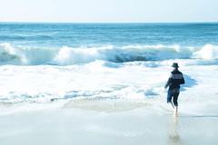 L'homme au chapeau (Gisou68Fr) Tags: personne personnage person mer sea vagues waves écume plage beach chapeau hat homme man foam bleu blue ciel sky sable sand