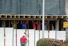 Bauarbeiter (Michael G. Foto) Tags: bau bauarbeiter decke baustelle arbeiter arbeit stütze abstützen