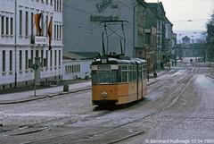 Europa, Deutschland, Thüringen, Nordhausen, Bahnhofstraße/Rautenstraße (damals Karl-Marx-Straße) (Bernhard Kußmagk) Tags: europe europa nordhausen schmalspur meterspur thüringen metregauge 1000mm gelenkwagen strasenbahn tram tramway streetcar trolley tramm tranvía villamos tramvia sporvogn tramvaj spårvagn trikk tramvai tranvia bonde elétrico tramvay raitioliikenne sporvei spårväg трамвай τραμ 路面電車 노면전차 有軌電車 电车 kusmagk kussmagk bernhardkusmagk bernhardkussmagk deutschland germany allemagne tyskland alemania germania duitsland alemanha almanya niemcy saksa saksamaa nemecko jerman γερμανία németország njemačka ドイツ 독일 германия 德国 німеччина 德國 stadtwerkenordhausen gothagelenkwagen ddr gdr rautenstrase schwebendesmittelteil