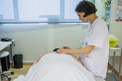 "Infermera realitza una sessió d'acupuntura (Banc Imatges Infermeres) Tags: infermeres infermera infermeria enfermera enfermeras enfermería nurse nursing salut salud sanitat sanidad healthcare tenircura cuidar ""atencióprimària"" ""atenciónprimaria"" acupuntura medicinatradicionalxinesa medicinatradicionalchina intervenciócomplementària intervencióncomplementaria teràpia terapia curesinfermeres curasenfermeras agulles agujas enfermero infermer"