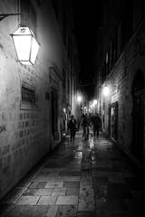 Dubrovnik, Croatia (pas le matin) Tags: croatie croatia hrvatska city ville nuit night dark sombre rue ruelle street alley travel voyage world dubrovnik streetlight lampadaire réverbère people canon 7d canon7d canoneos7d eos7d