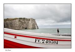 L'étoile rouge d'Etretat (Rémi Marchand) Tags: etretat barque normandie hautenormandie canon7d falaise portedaval falaisesdetretat côtedalbâtre paysdecaux etoilerouge france littoral manche seinemaritime