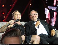 20170729_8 Robbie Williams & his dad on the sofa. Also pictured: Security guy's head. & Robbie's kilt. | Tele2 Arena in Stockholm, Sweden (ratexla) Tags: ratexlasrobbiewilliamstrip2017 robbiewilliams 29jul2017 2017 canonixus140 concert music live gig show tour pop rock band bands british person people human humans man men guy guys homosapiens dude dudes artist artists performance tele2arena stockholm sweden sverige scandinavia scandinavian europe entertainment popstar rockstar celeb celebs celebrity celebrities famous musik konsert earth tellus life organism photophotospicturepicturesimageimagesfotofotonbildbilder norden nordiccountries dad father favorite