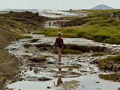 Der Junge am Fluss (Panasonikon) Tags: panasonikon nikonf80 kleinbild analog island iceland heisequellen junge fluss boy river hochland hveravellir