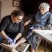 La infermera d'atenció domiciliària cura una ferida