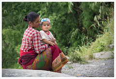 Regards... (Joce.V) Tags: népal asie asia asiedusud portrait femme woman enfant child regards people voyage travel canon canoneos7dmarkii canon18200mmefsf3556is