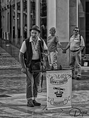 Trilero en Calle Larios (Málaga) (Dopior) Tags: 2017 artistas hombre malaga sociales bn