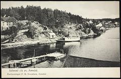 Postkort fra Agder (Avtrykket) Tags: dstromøy bolighus brygge dampbåt hus postkort rutebåt sjekte sjø uthus arendal austagder norway nor