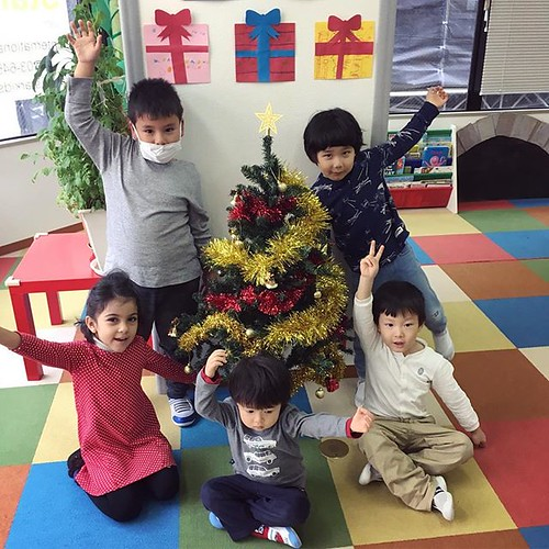 This is our Star Kids Christmas tree! Great job decorating, kids! 🎄✨ #tokyo #daycare #preschool #kindergarten #christmas #christmastree #東京 #幼稚園 #保育園 #クリスマス #クリスマスツリー