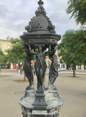 Strong girls (ernstkers) Tags: bordeaux girl publicart sculpture statue fountain